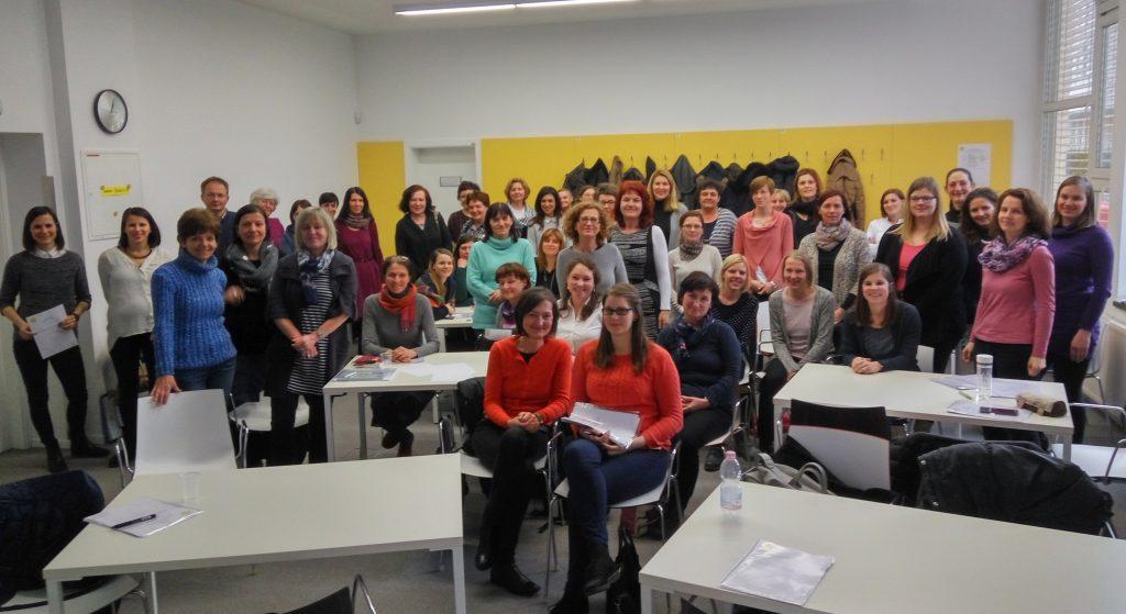 Skupinska fotografija udeležencev seminarja in predavateljic.
