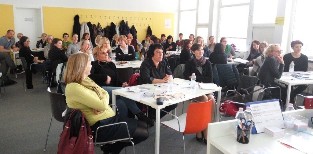 Udeleženci seminarja med predavanjem.