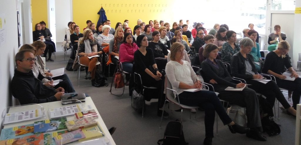 Obiskovalci predavanja Kaj in kako povedati otrokom o avtizmu